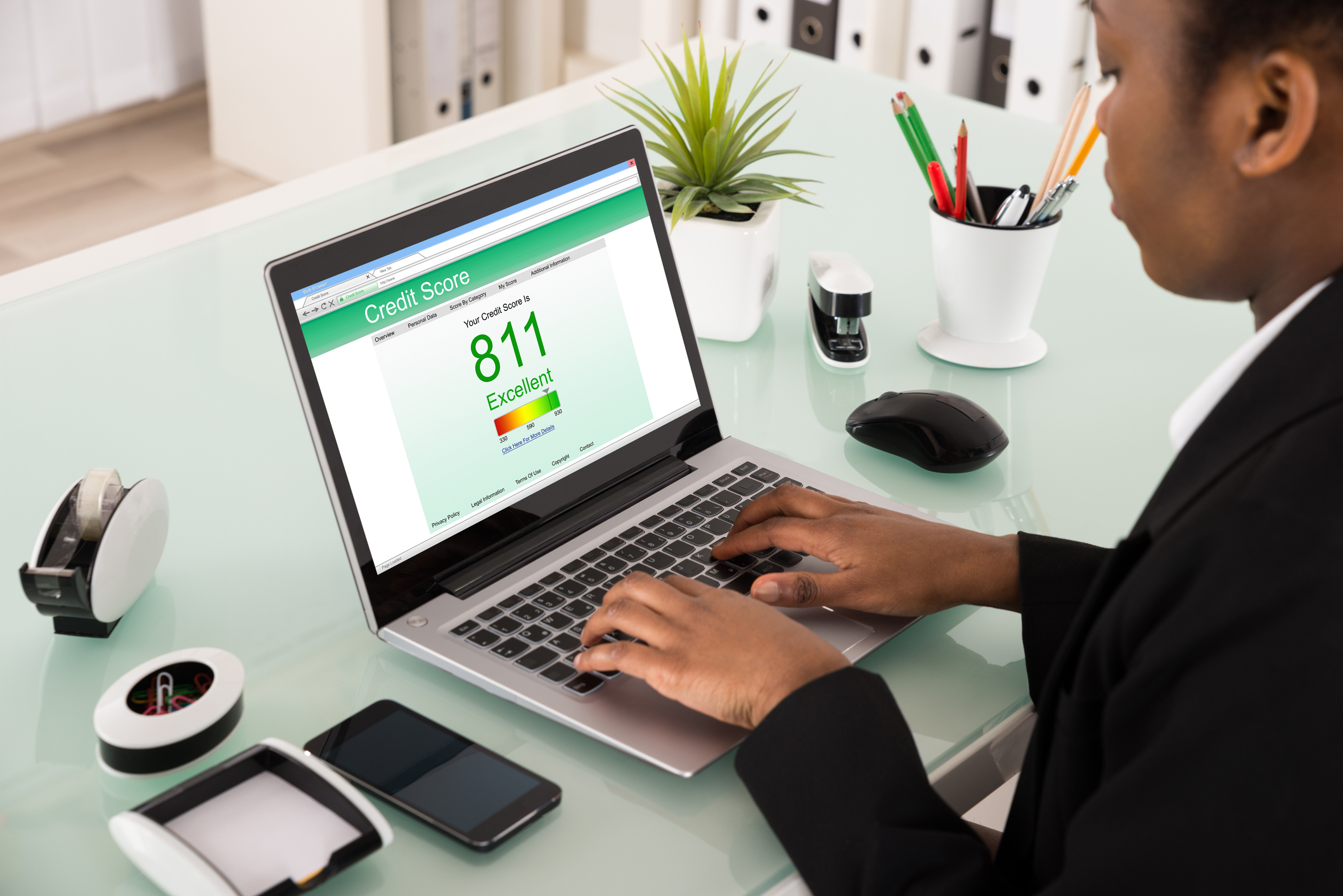 Man using laptop to view his excellent credit score of 811.