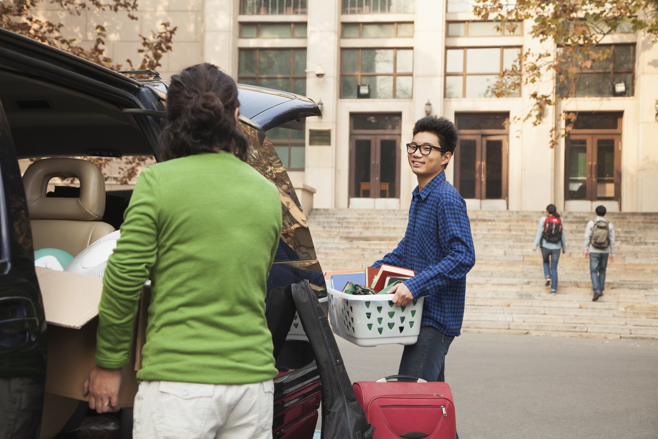 college student and his mother moving his belongings into a dormitory.